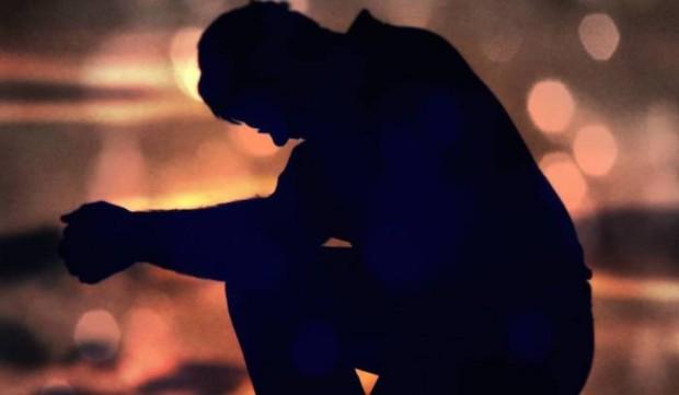 homem-arrependido-de-joelhos-convertido-salvo-por-deus-620x361